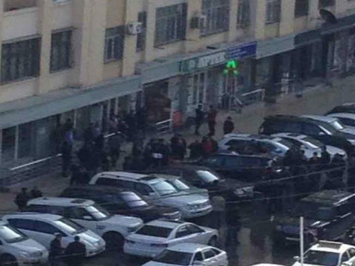 В Баку на роскошный внедорожник упала стиральная машина