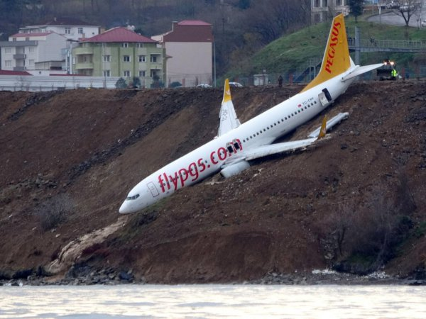 В Турции самолет выкатился за пределы полосы и застрял на краю обрыва