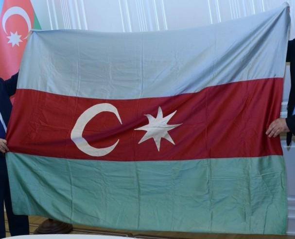 Азербайджану передан государственный флаг парламента АДР
